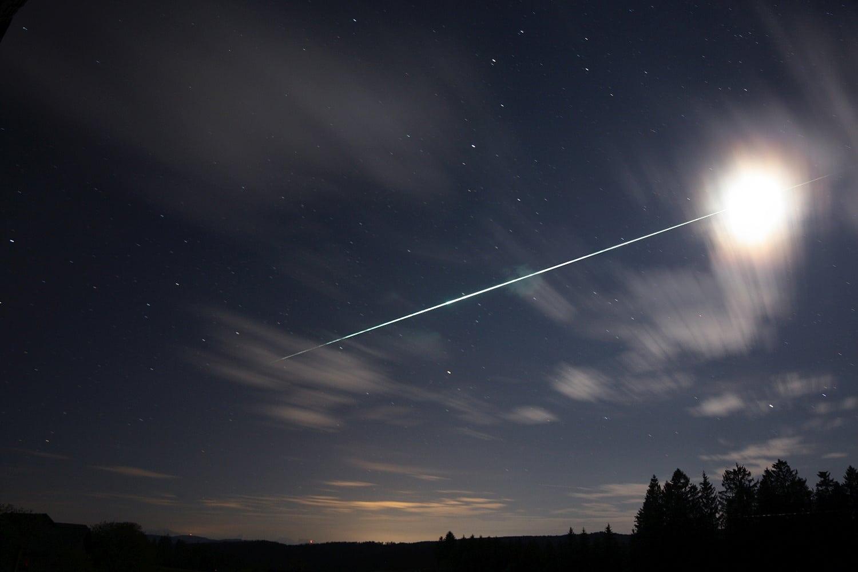 Helle Feuerkugel mit Mondtransit