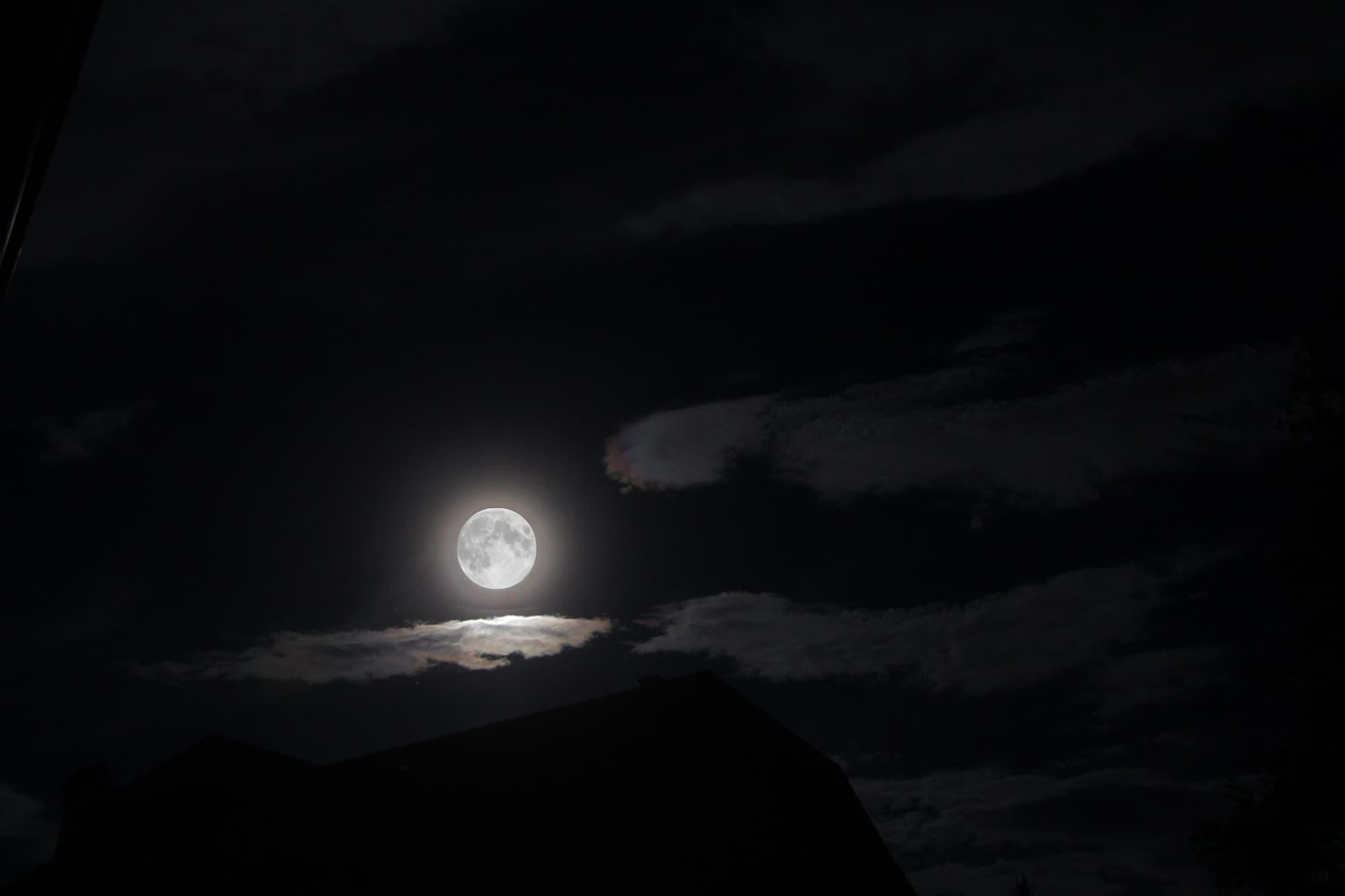Mond beleuchtet Föhnwolken.