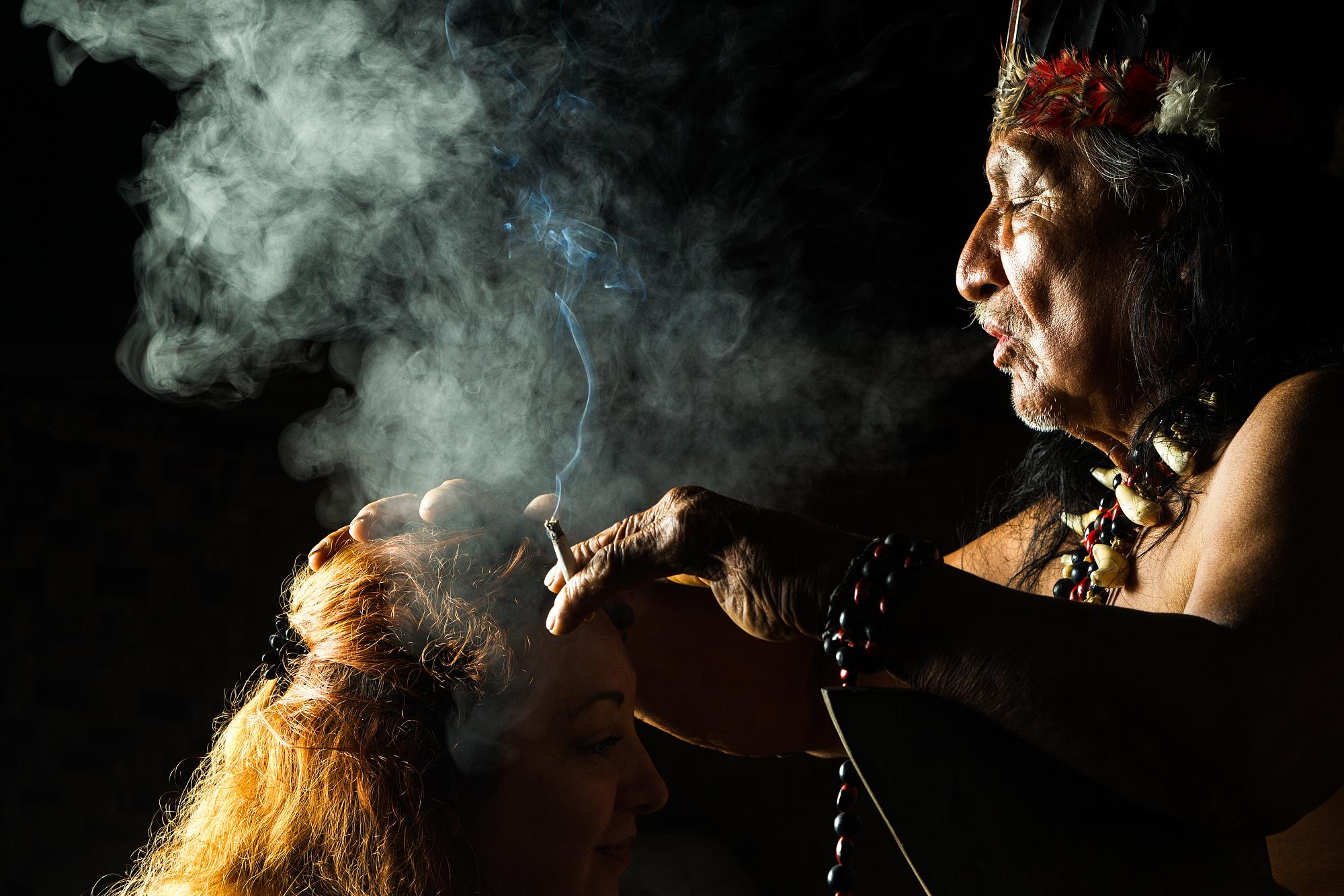 In Lateinamerika hat der psychedelisch wirkende Pflanzensud Ayahuasca den Weg aus dem Regenwald in die Suchttherapie gefunden.