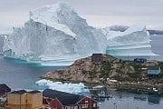 Bilder der Woche: Riesiger Eisberg bedroht Dorf
