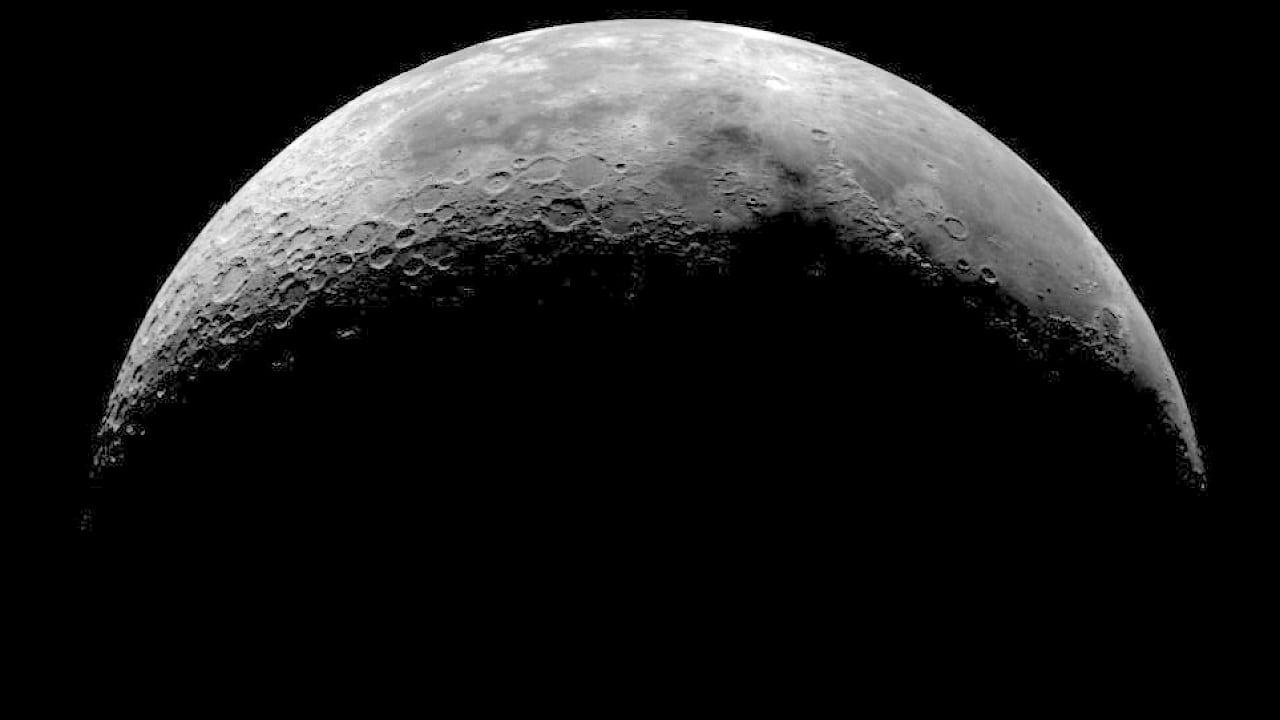Beobachtungstipps: Die Mondsichel ziert den Abendhimmel