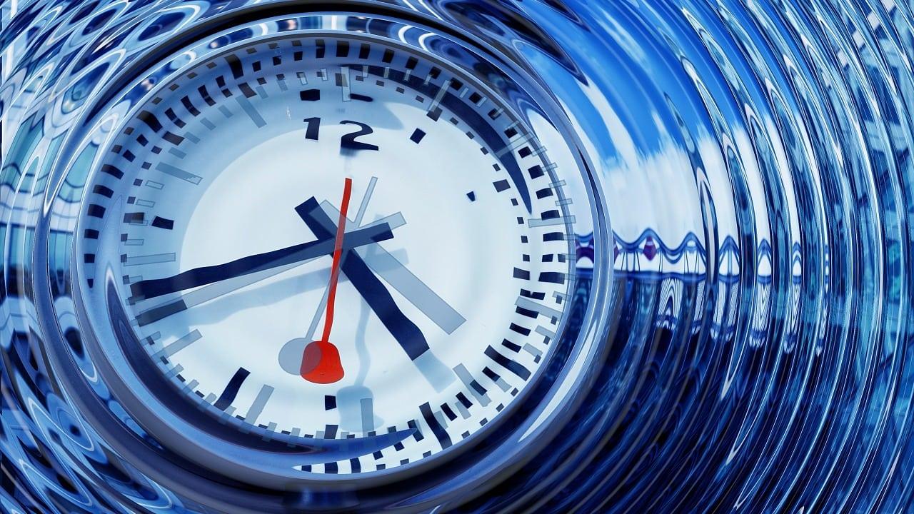 Zeit: Was unterscheidet »astronomische« und »physikalische«Zeit?